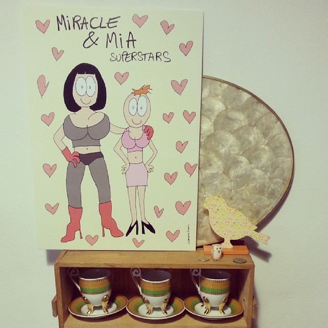 Miracle & Mia superstars, retrato con corazones.